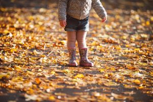 childrens portrait glasgow, girl in autumn leaves, little girl in forest, walking in autumn leaves, wellington boots and autumn leaves