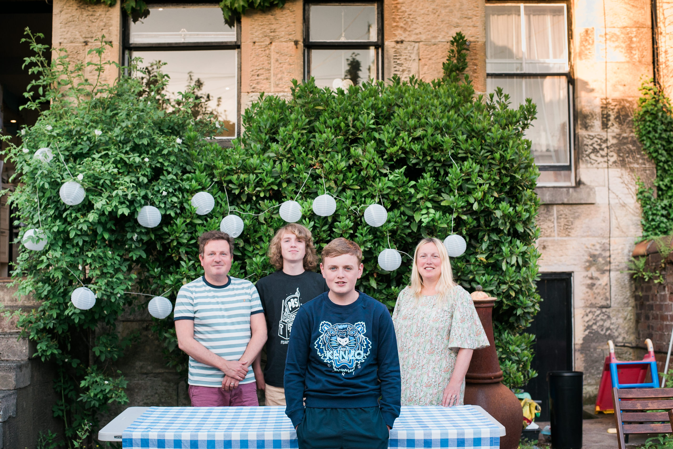 Family Portraits Glasgow, Glasgow Doorstep Portraits, Informal Family Photos Glasgow